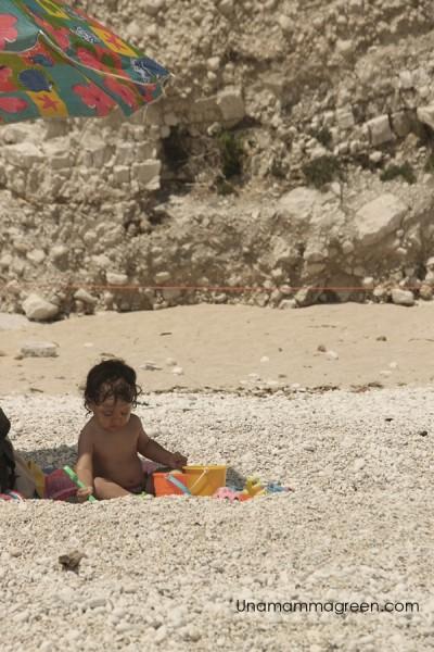 famiglia spiaggia due sorelle