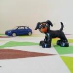 il cane nella macchina blu