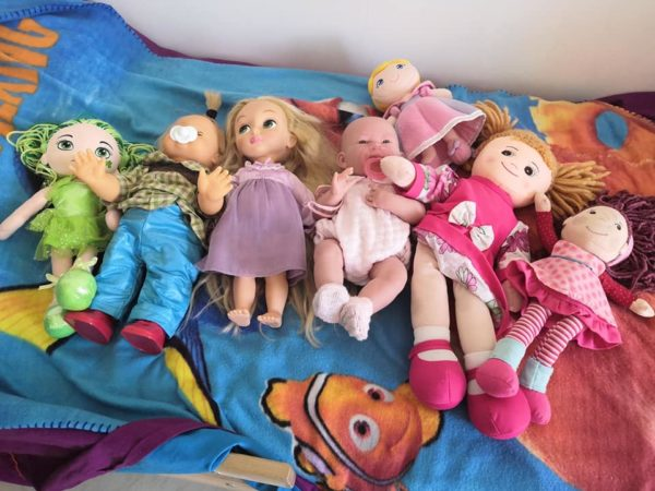 bambini con troppi giocattoli